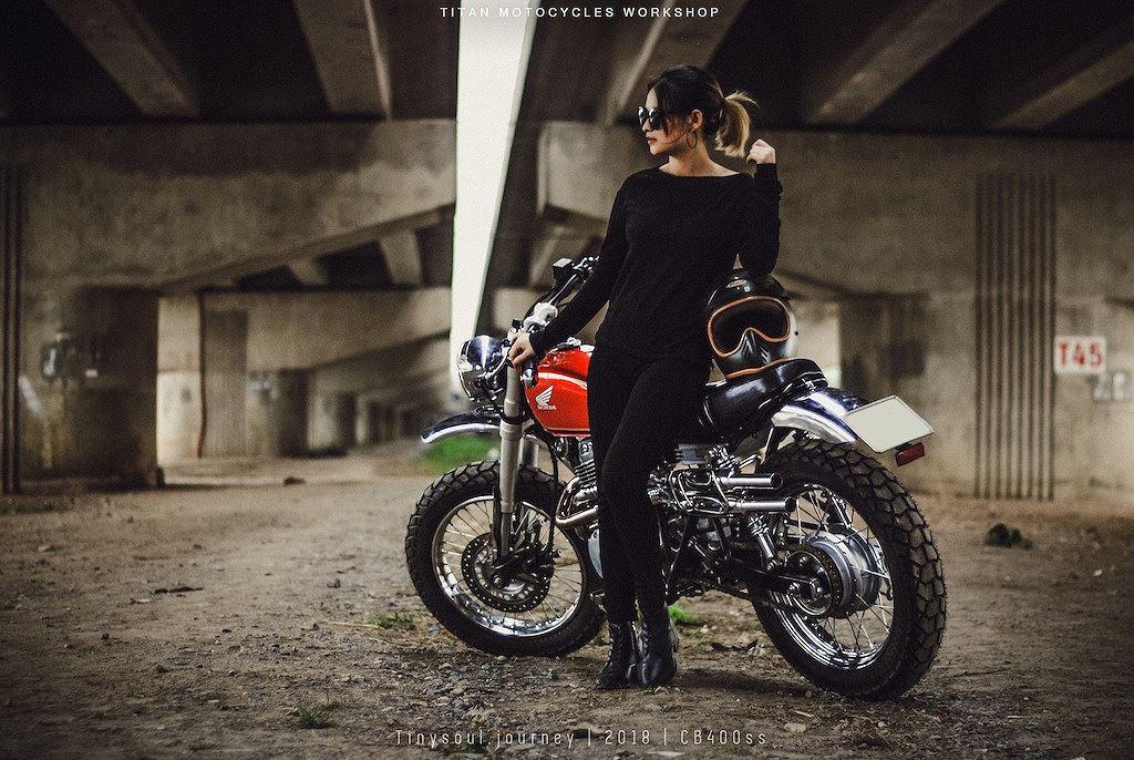 Người đẹp so dáng cùng Honda CB400SS độ scrambler tại Hà Nội